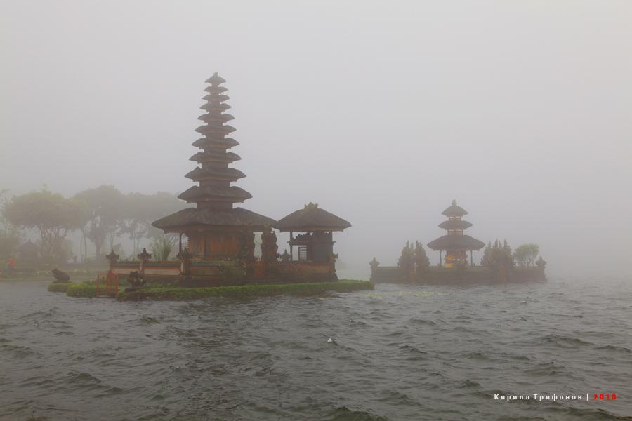 Храм Улун-Дану на озере Бератан
