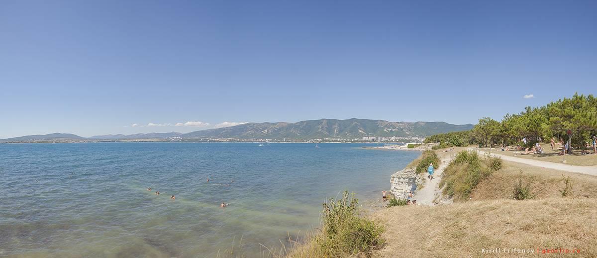 Дикий пляж на Толстом мысу у маяка