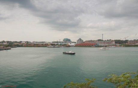 Вид на Сентозу с острова Сингапур