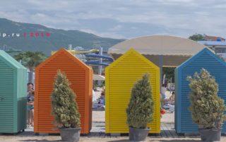 Песчаный пляж 2к19 в Геленджике - кабинки для переодевания
