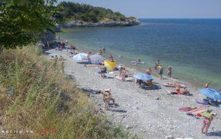 Дикий галечный пляж на Толстом Мысу