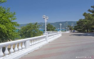 Дикий галечный пляж на Толстом Мысу - набережная