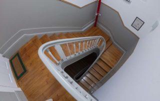 Апартаменты Fontainhas River Residence - лестница в коридоре