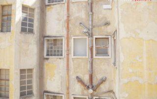 Фасад дома у спуска на нижний уровень лифта Санта Жушта