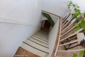 Гостиница Peacock-House Evora - лестница на веранду