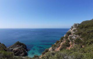 Спуск к пляжу Ribeira через горную тропу