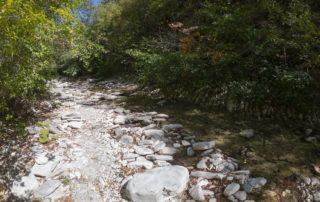 Тропа по руслу реки Куаго