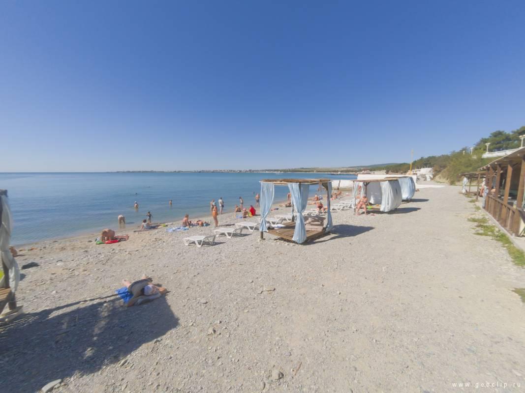 Галечный пляж Солнце