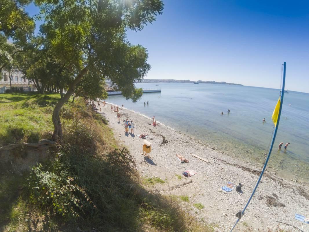 Городской галечный пляж в районе улиц Лазурная и Герцена