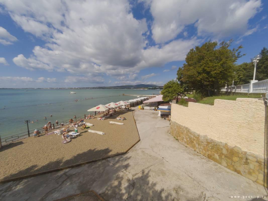 Галечный пляж санатория «Солнечный берег»