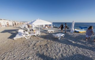 Тонкий мыс - оборудованный галечный пляж Торик