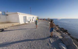 Тонкий мыс - оборудованный галечный пляж Торик - душ и туалет