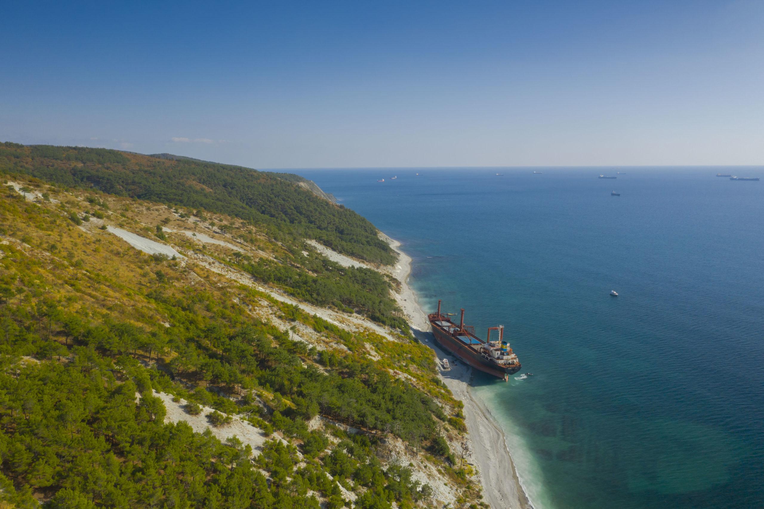 Корабль — сухогруз РИО, севший на мель в Кабардинке